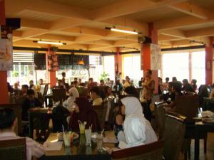 Suasana diskusi di Republik Kuliner. Masakan disini juga enak-enak.